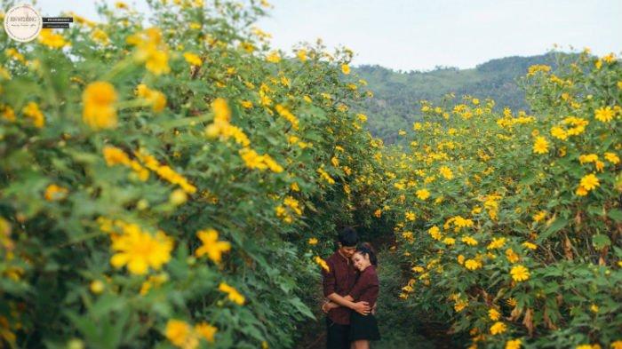 Hạnh phúc giữa rừng hoa - Ảnh: Rin Wedding