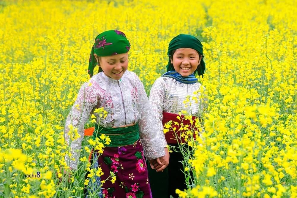 Ai cũng diện cho mình những bộ đồ đẹp nhất, cũng muốn mình xinh tươi đẹp hơn cả những khóm hoa xuân Hà Giang