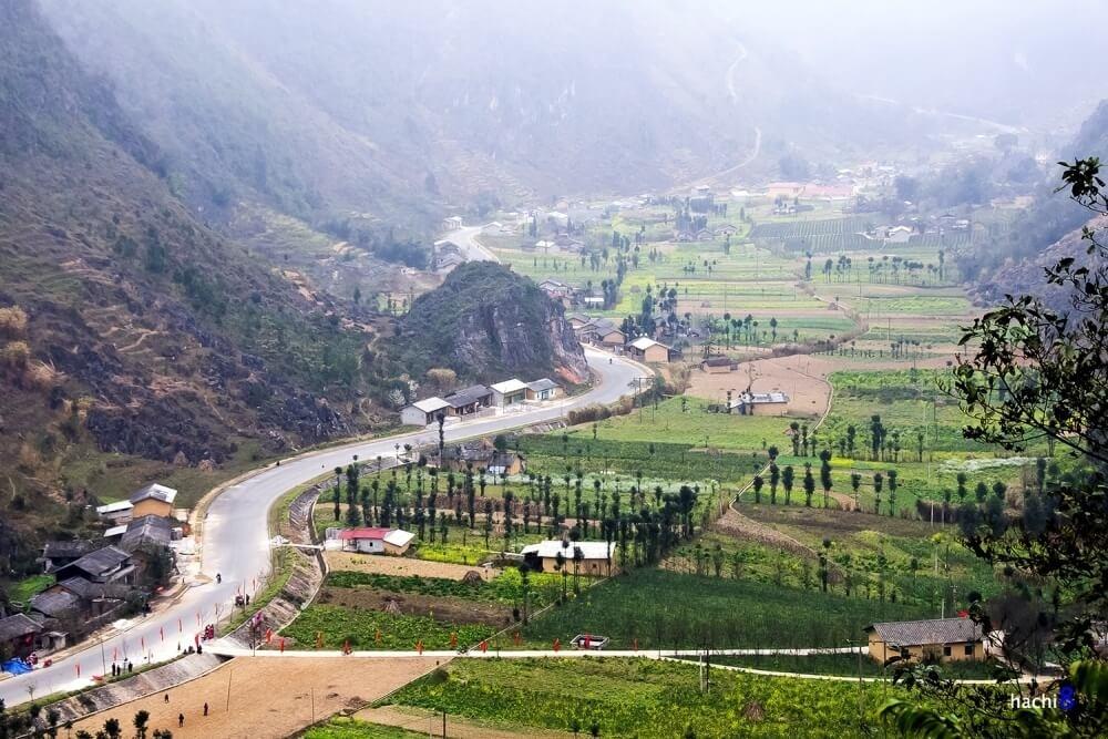 Thung lũng Lũng Cẩm yên bình với những nương ruộng sắc màu hoa cải, những hàng cây sa mộc thẳng tắp tô điểm giữa bốn bề núi đá