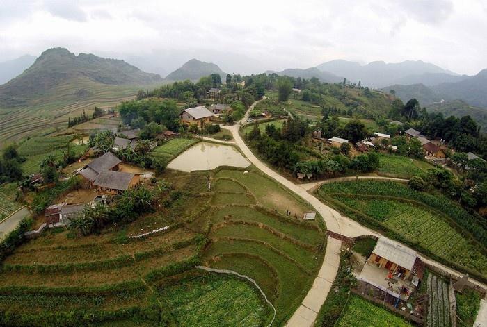 Ngôi nhà nằm trong vùng đất có địa thế đẹp ở Hà Giang, trên đỉnh núi, xung quanh là rừng nguyên sinh và ruộng bậc thang trông như tranh vẽ.