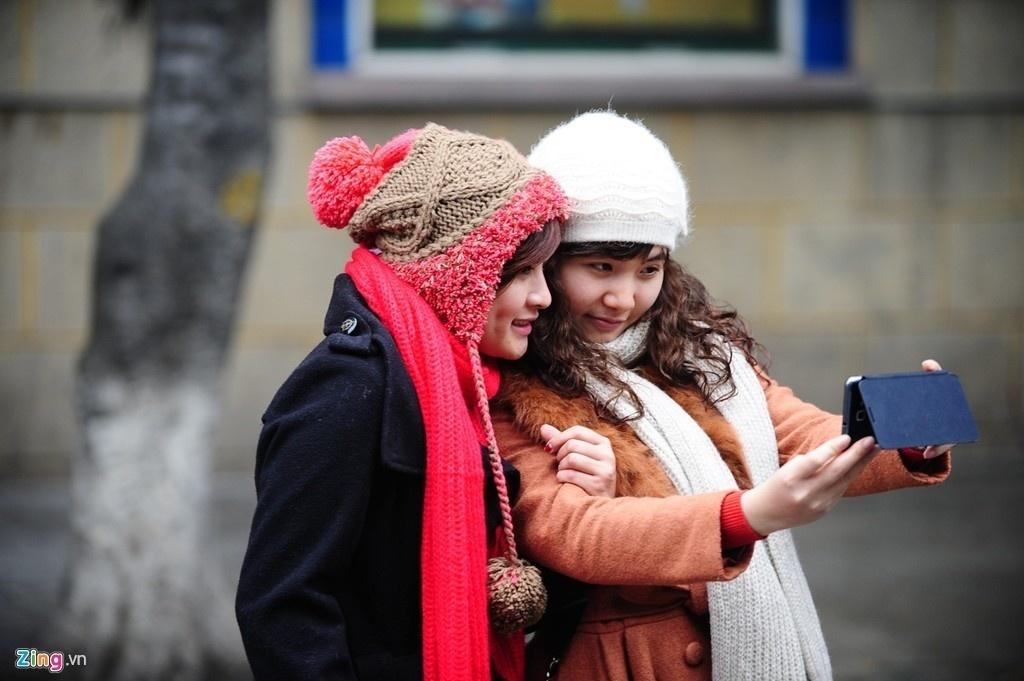 Người trẻ Hà Nội xúng xính áo ấm ra đường