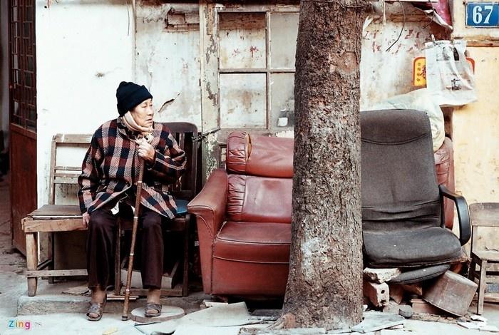 Người già Hà Nội trầm tư một góc nhỏ cho riêng mình