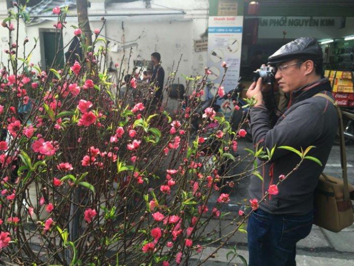 Nhiều du khách cũng lựa chọn thời gian này để ngắm cảnh chợ hoa vì không quá đông đúc, và cảm nhận không khí Tết Hà Nội. Đây cũng là nơi các tay máy tìm đến để ghi lại những bức hình kỷ niệm.