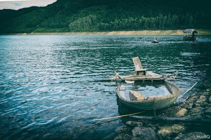 Chiếc thuyền nhỏ đưa bạn lênh đênh giữa dòng nước Xạ Hương miên man