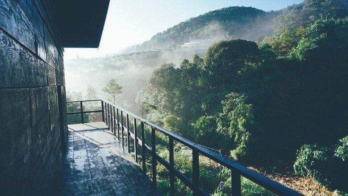 Sương sớm ùa qua hiên nhà - Ảnh: Trung Pham (anh chủ homestay)