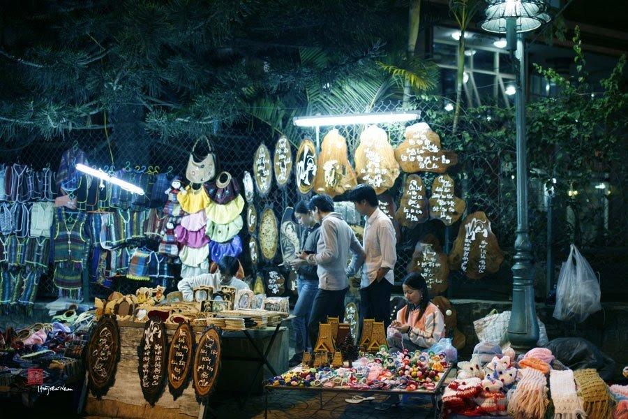 Chợ bày bán đầy đủ các mặt hàng