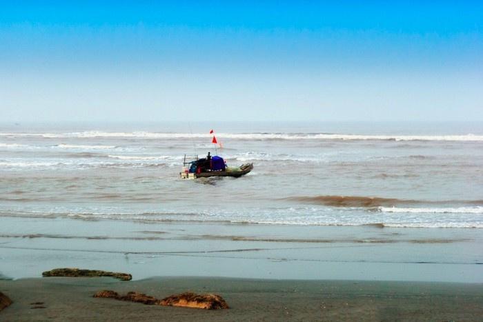 Chiếc thuyền ra khơi bên biển Hải Hậu hiền hoà