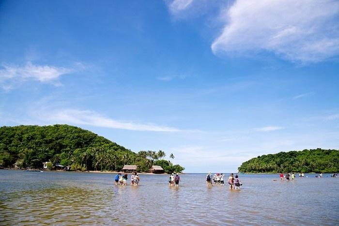 Du khách tận hưởng làn nước biển mát lạnh