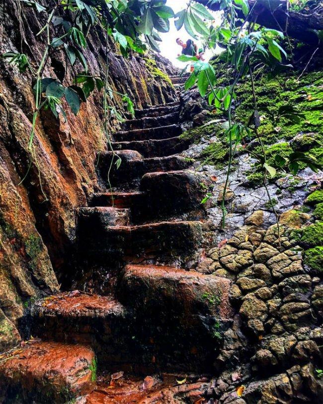 Vậy nên kẻ lữ hành phải vượt qua 145 bậc tam cấp vòng vèo đầy trơn trượt - Ảnh: Sưu tầm