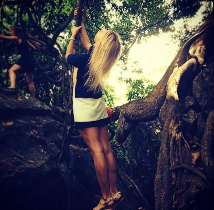 Xung quanh là rừng cây cổ thụ, là dây leo chằng chịt lối đi - Ảnh: Irastogova