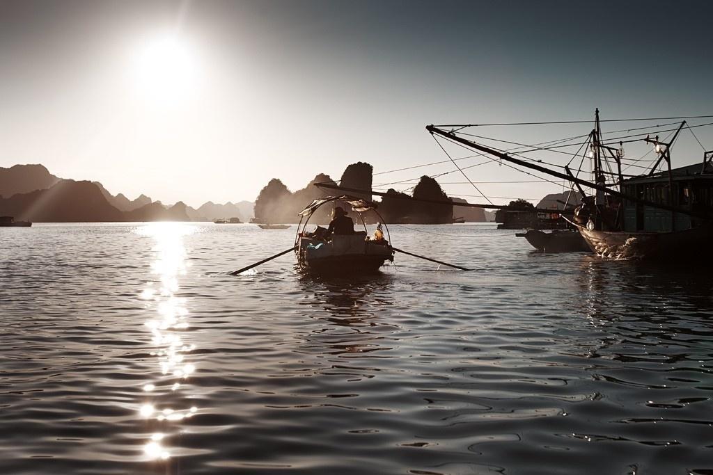 Bóng hình những thuyền gỗ mờ ảo giữa xứ Cửa Vạn