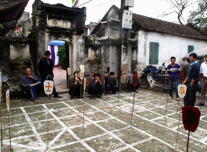 Một góc sân đình làng Diềm là nơi tổ chức hội cờ thú vị cho người dân và du khách du lịch Bắc Ninh tham gia