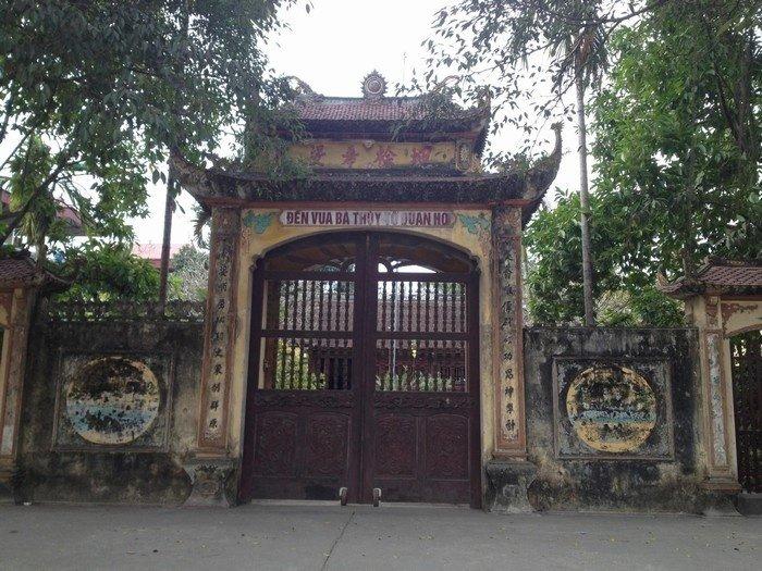 Cổng đền Vua Bà cổ xưa