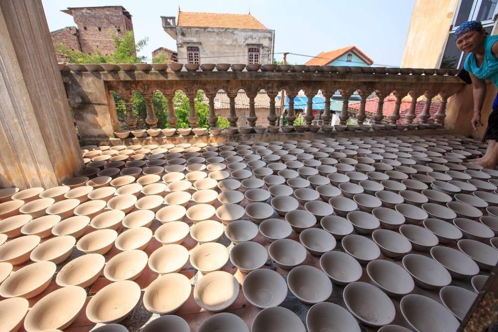 Sản phẩm của làng Kim Lan xuất hiện nhiều trên thị trường gốm sứ trong nước nhưng nghề ở đây đang có xu hướng mai một, vì khâu xây dựng thương hiệu khá yếu cũng như đường sá giao thương khó khăn.