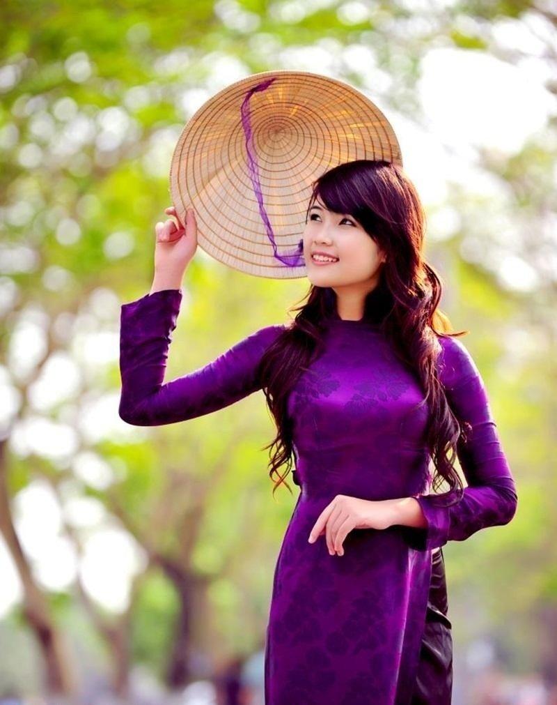 Thiếu nữ Huế dịu dàng trong tà áo dài tím và chiếc nón lá