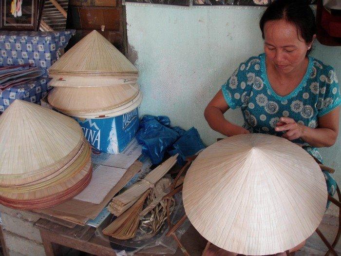 Những chiếc nón lá đơn sơ gắn liền với những người dân làng nghề Tây Hồ