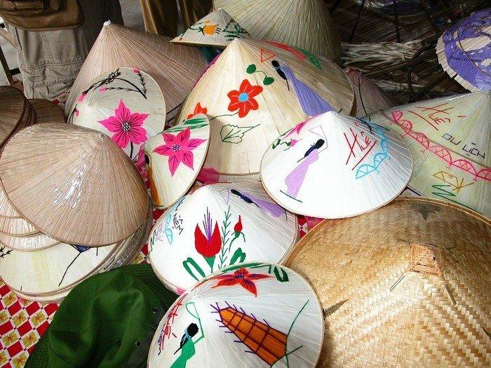 Những chiếc nón lá có màu sắc, hình ảnh đa dạng, phong phú