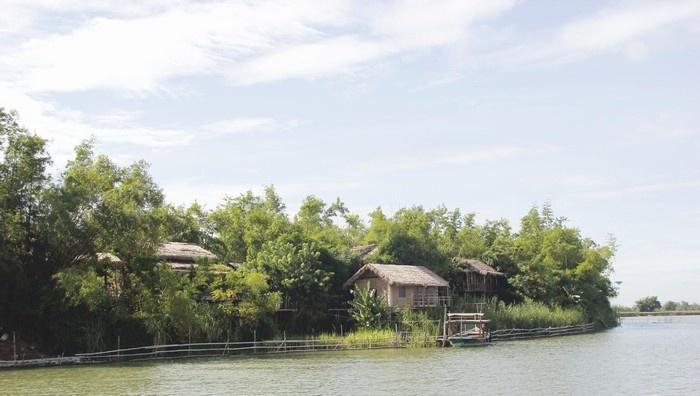 Những ngôi nhà đơn sơ bên dòng sông