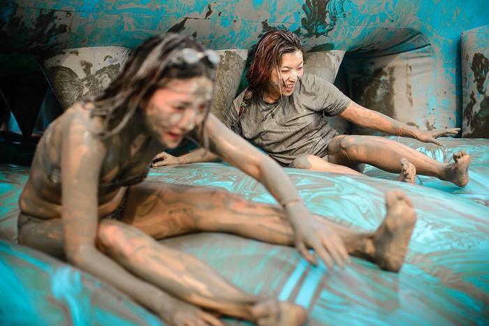 Tưng bừng tắm bùn suốt mùa Boryeong