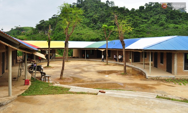 Khuôn viên sân trường rộng rãi, khang trang tạo không gian vui chơi cho các em học sinh