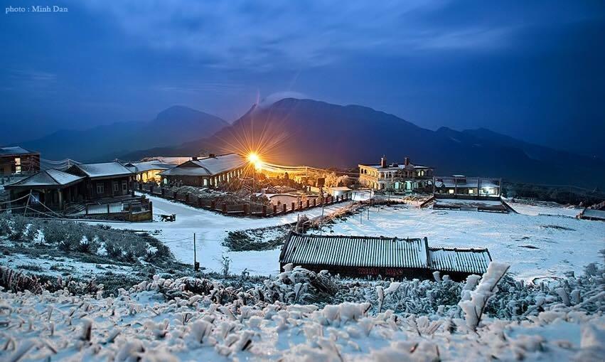 Ngôi nhà trong đêm những ngày Mẫu Sơn tuyết rơi.
