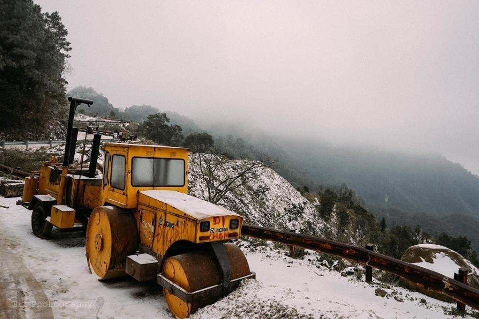 Hoạt động dọn dẹp đường Mẫu Sơn do tuyết rơi dày