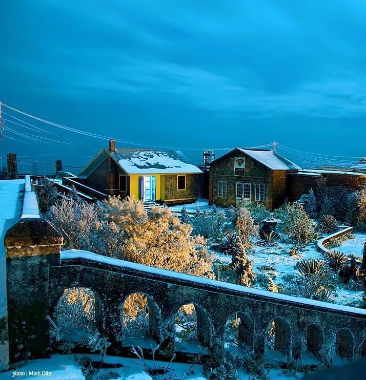 Khu biệt thự nghỉ dưỡng trên đỉnh Mẫu Sơn trở nên huyền bí trong băng tuyết ở bậc cầu thang, bờ tường đá