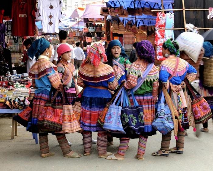 Dập dìu váy hoa sặc sỡ Lào Cai