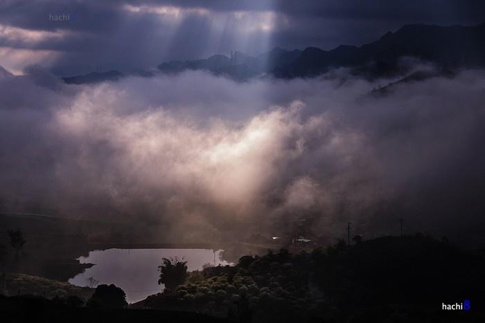 Mặt trời lên cao dần và lại bị che khuất tạo ra những ray nắng kỳ ảo cùng làn sóng mây Mộc Châu dày đặc.
