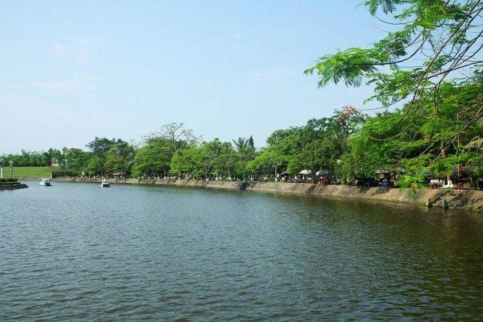 Hồ Bán Nguyệt miên man dòng nước lặng tờ ở Phố Hiến