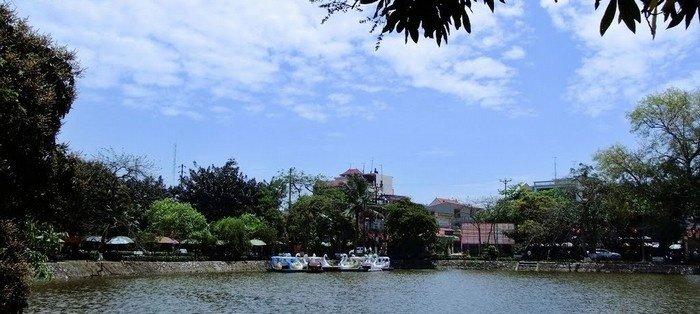 Đạp vịt trên hồ Bán Nguyệt để tìm về những khoảnh khắc yên bình