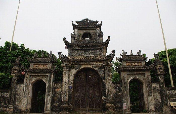 Cổng chùa Chuông cổ kính theo thời gian