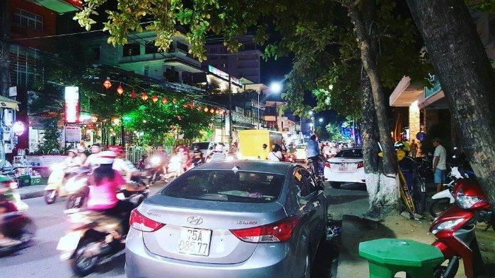 Không khí náo nhiệt tại phố Tây Huế vào buổi tối