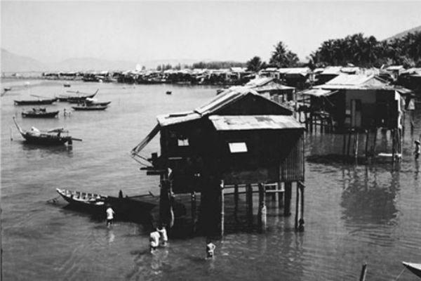 Những căn 'nhà chồ' ven bờ Đông Sông Hàn