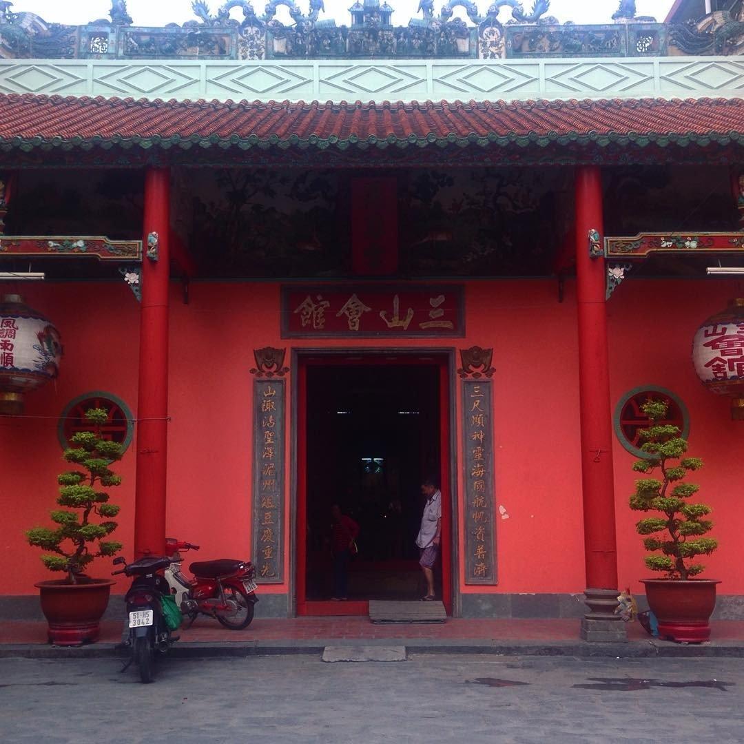 Sắc đỏ đặc trưng của Tam Sơn Hội quán