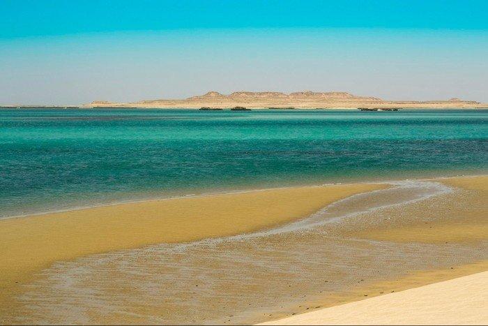Sa mạc Khor Al Udaid tựa như một ốc đảo giữa lòng nước xanh trong