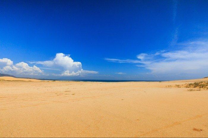 Cảnh biển ở phía xa bên kia đồi cát sa mạc Nam Cương