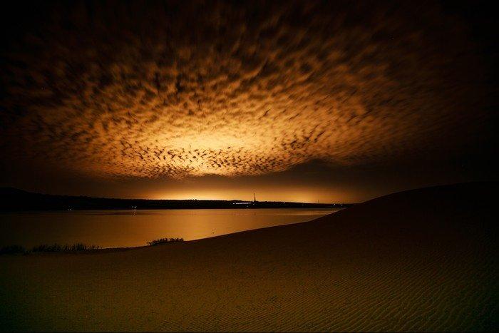 Hoàng hôn Nam Cương rải màu mê hồn trên mặt cát lẫn làn nước biển