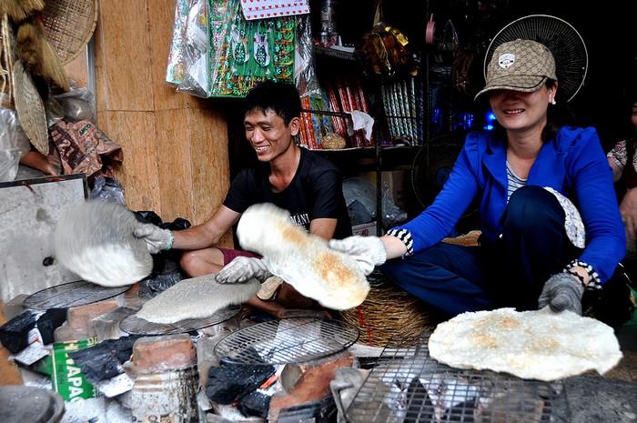 Bánh tráng đặc sản xứ Quảng được người bán nướng luôn tại chỗ có hương vị thơm béo đặc trưng.