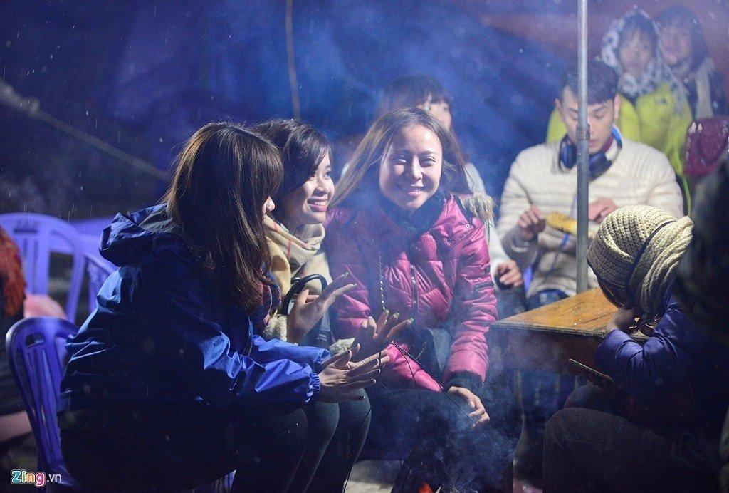 Sưởi ấm bên bếp lửa và ngắm tuyết cùng bạn bè ở Sapa