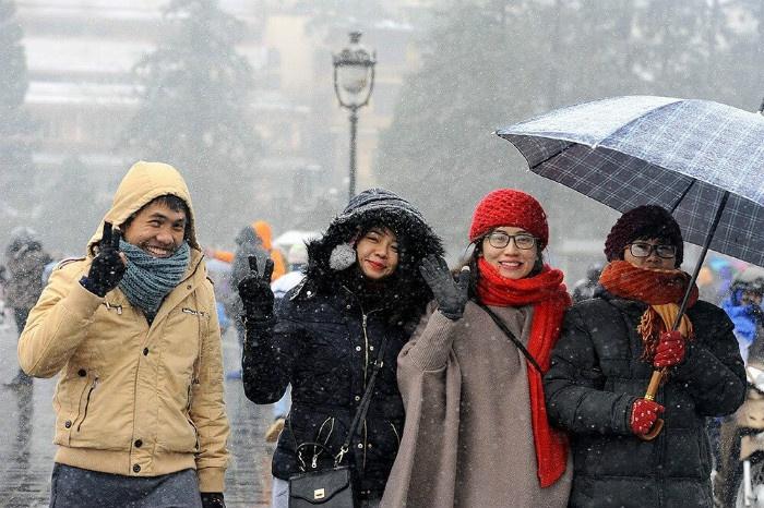 Du khách rạng rỡ nụ cười khi dạo phố Sa Pa ngắm tuyết rơi 2016