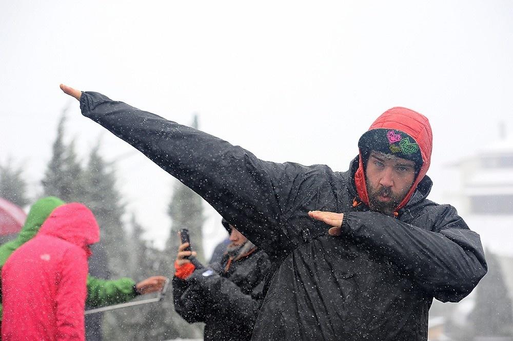 Du khách nước ngoài hào hứng với tuyết rơi ở Sa Pa