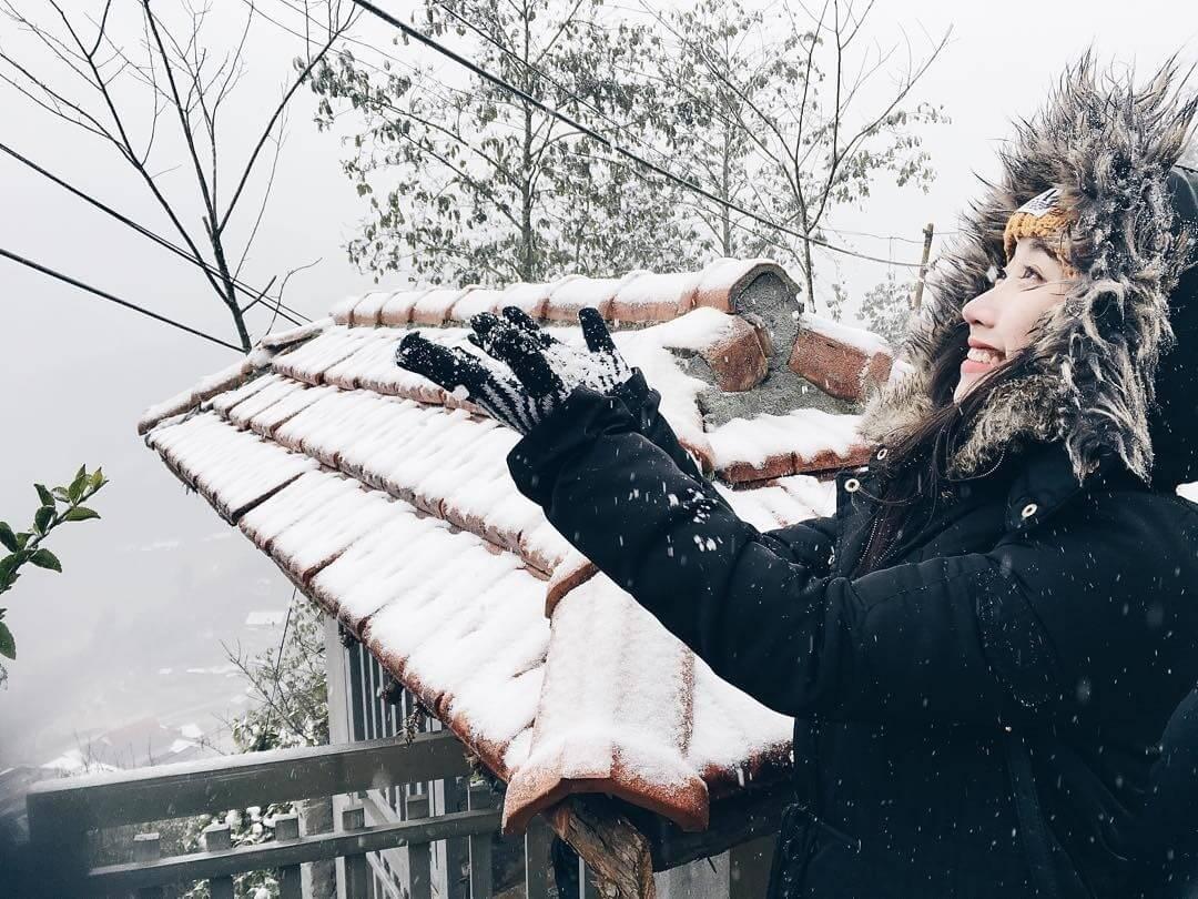 Các bạn trẻ thích thú chụp ảnh tuyết rơi Sa Pa