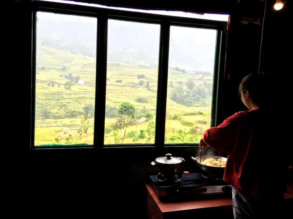 Vừa nấu ắn vừa ngắm Sa Pa - Ảnh: SaLi House