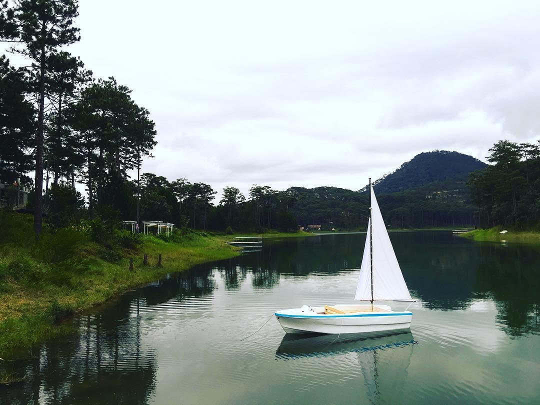 Mặt hồ phẳng lặng như gương và con thuyền trắng xinh - Ảnh: @helennguyenstudio