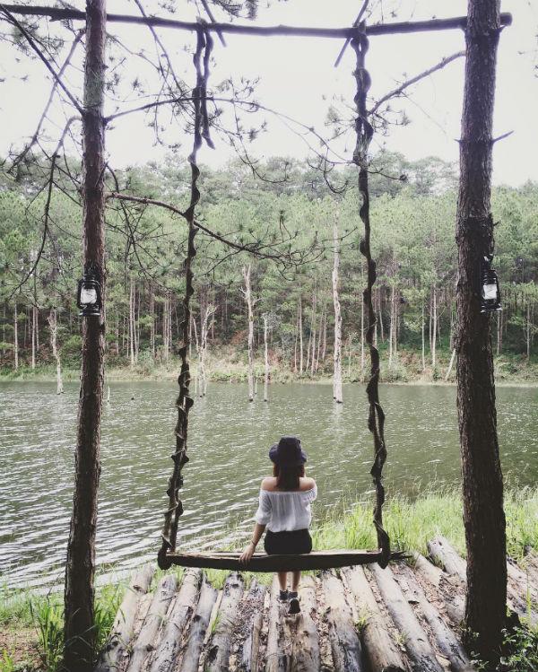 Chiếc xinh đu nhỏ xinh bên hồ nước - Ảnh: @ngoctrann12