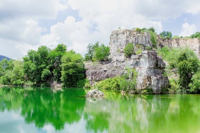 Hồ nước Tà Pạ chuyển sang xanh lơ, xanh lục và ánh lên sắc vàng