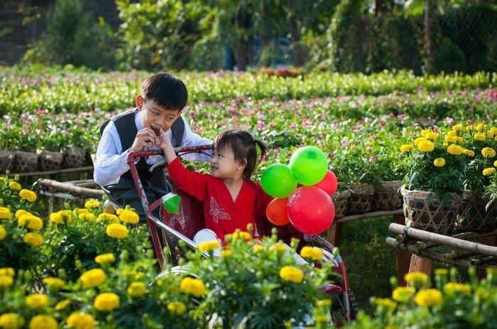 Những đứa trẻ dễ thương, đáng yêu trong làng hoa Tân Quy Đông