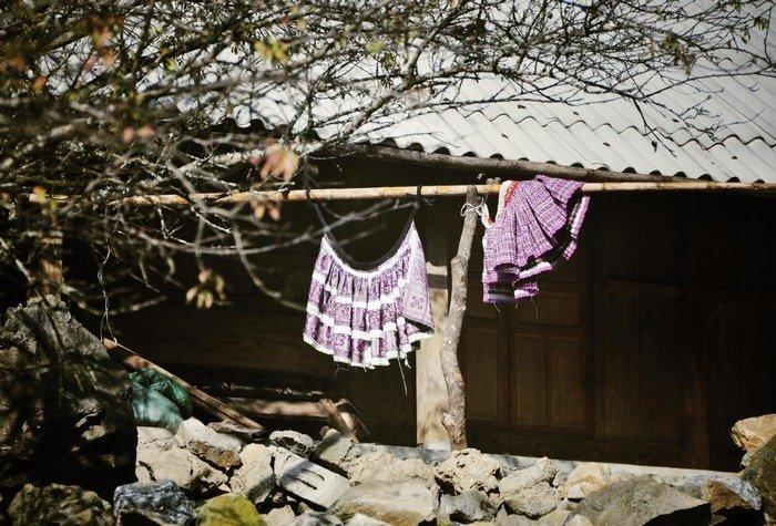 Sắc váy được đem hong khô trong nắng mai Tây Bắc