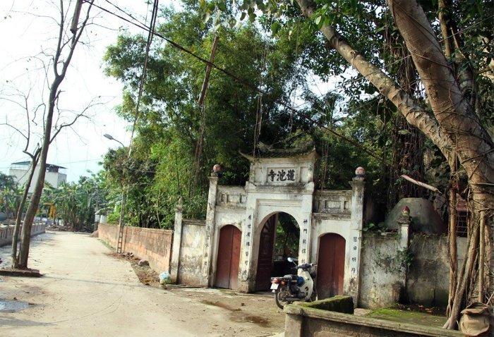 Con đường đi qua cổng chùa thanh bình ở Tây Mỗ